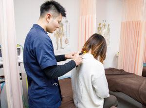患部にハイボルト治療器具を当てる